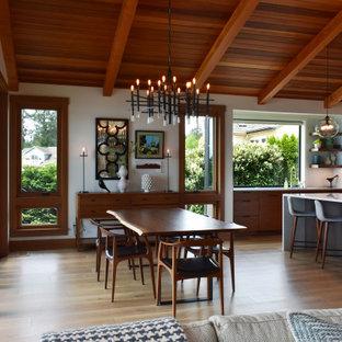 Offenes Modernes Esszimmer mit weißer Wandfarbe, hellem Holzboden, beigem Boden, freigelegten Dachbalken, gewölbter Decke und Holzdecke in Seattle