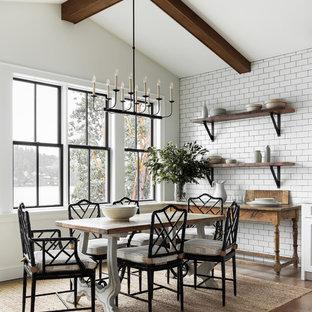 Modelo de comedor campestre, sin chimenea, con paredes blancas y suelo de madera clara