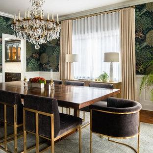 Foto di una grande sala da pranzo chic chiusa con pareti multicolore, pavimento in legno massello medio e pavimento marrone