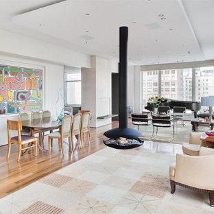 Ispirazione per una grande sala da pranzo minimalista con pareti bianche e camino sospeso