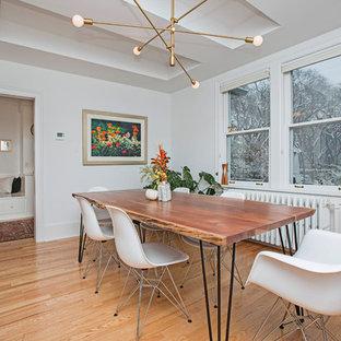 Immagine di una sala da pranzo classica chiusa e di medie dimensioni con pareti bianche, pavimento in legno massello medio e pavimento giallo