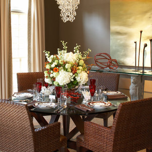 Неиссякаемый источник вдохновения для домашнего уюта: столовая в стиле современная классика с коричневыми стенами и ковровым покрытием