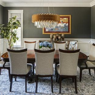 Idee per una grande sala da pranzo tradizionale chiusa con pareti grigie, parquet scuro e pavimento marrone