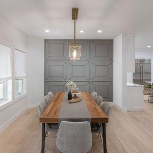 Aménagement d'une grand salle à manger ouverte sur le salon contemporaine avec un mur gris, un sol en bois clair, un sol beige et du lambris.