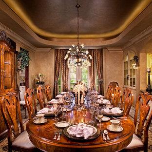 Exemple d'une grand salle à manger méditerranéenne fermée avec un mur beige.