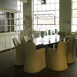 Ejemplo de comedor urbano con paredes blancas y suelo de madera oscura