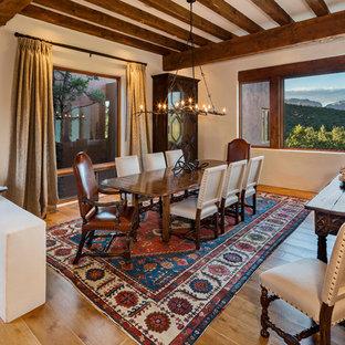 フェニックスのサンタフェスタイルのおしゃれなダイニング (ベージュの壁、無垢フローリング、茶色い床) の写真