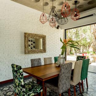 Immagine di una sala da pranzo boho chic con pareti bianche e nessun camino