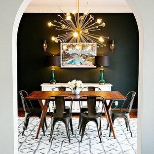 Idéer för en mellanstor retro matplats, med svarta väggar, mellanmörkt trägolv och brunt golv