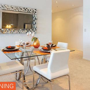 Imagen de comedor contemporáneo, pequeño, abierto, sin chimenea, con paredes blancas y moqueta