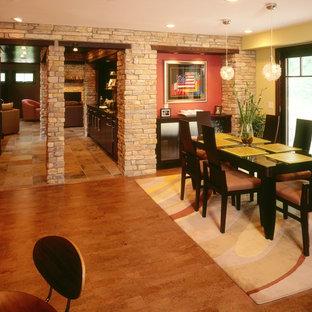 Ispirazione per una sala da pranzo chic chiusa con pareti gialle e pavimento in sughero