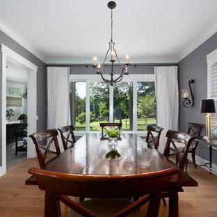 Diseño de comedor de estilo americano, grande, abierto, con paredes grises, suelo de madera en tonos medios y suelo marrón
