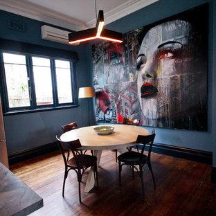 Удачное сочетание для дизайна помещения: кухня-столовая среднего размера в стиле модернизм с зелеными стенами, паркетным полом среднего тона и зеленым полом - самое интересное для вас