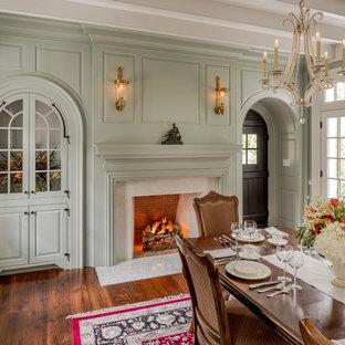 Geschlossenes Klassisches Esszimmer mit grüner Wandfarbe, braunem Holzboden, Kamin und verputzter Kaminumrandung in Philadelphia