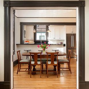 На фото: столовая среднего размера в викторианском стиле с белыми стенами и светлым паркетным полом с