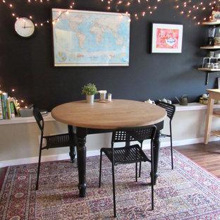 サンフランシスコの小さいエクレクティックスタイルのおしゃれなダイニングキッチン (黒い壁、濃色無垢フローリング、暖炉なし) の写真