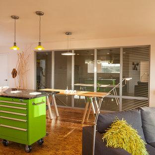 Diseño de comedor de cocina actual, pequeño, con paredes blancas y suelo de contrachapado