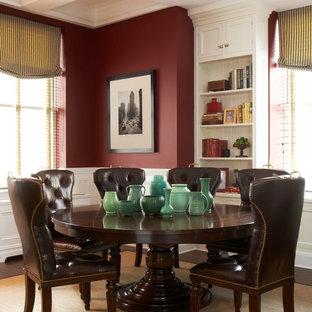 Idee per una sala da pranzo chic con pareti rosse e parquet scuro
