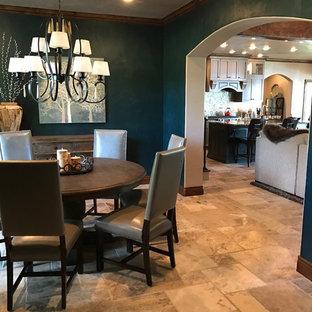 Exempel på en mellanstor klassisk separat matplats, med blå väggar, travertin golv och beiget golv