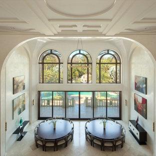 Diseño de comedor tradicional renovado, extra grande, abierto, con paredes blancas, suelo de mármol, chimenea tradicional y marco de chimenea de baldosas y/o azulejos
