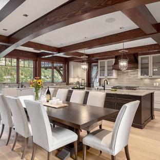 Foto di una sala da pranzo aperta verso la cucina rustica con parquet chiaro, nessun camino e pavimento beige