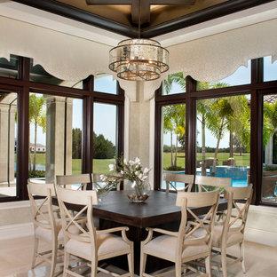 Idee per un'ampia sala da pranzo aperta verso la cucina mediterranea con pareti beige, pavimento in marmo e pavimento beige