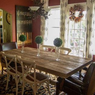 Immagine di una sala da pranzo eclettica chiusa e di medie dimensioni con pareti rosse, pavimento in legno massello medio e nessun camino
