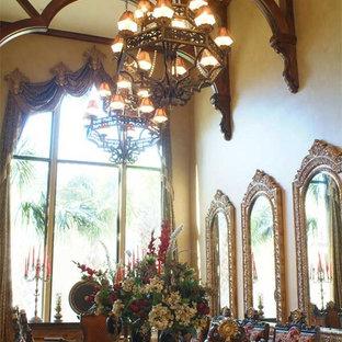 Aménagement d'une grand salle à manger méditerranéenne fermée avec un mur beige, un sol en calcaire et aucune cheminée.
