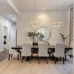 Свежая идея для дизайна: большая гостиная-столовая в современном стиле с белыми стенами, темным паркетным полом и коричневым полом - отличное фото интерьера