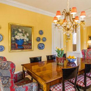 Exempel på en mellanstor klassisk separat matplats, med gula väggar, mörkt trägolv och brunt golv