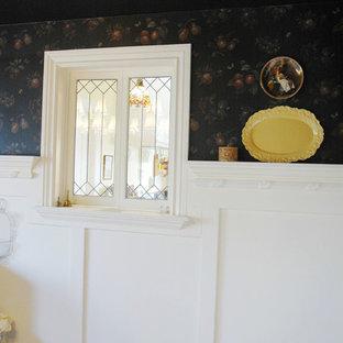 Modelo de comedor clásico, de tamaño medio, cerrado, con paredes negras y suelo de madera en tonos medios