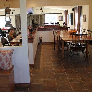 Idee per un'ampia sala da pranzo aperta verso il soggiorno country con pareti bianche e pavimento in linoleum