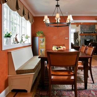 Idées déco pour une salle à manger montagne de taille moyenne avec un mur orange et un sol en bois clair.