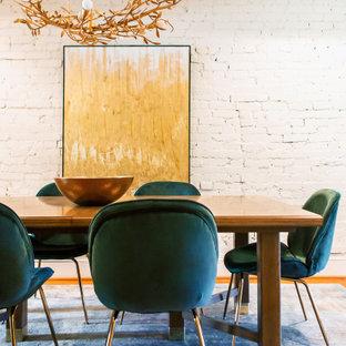 Inspiration för en liten eklektisk separat matplats, med vita väggar, mellanmörkt trägolv och brunt golv