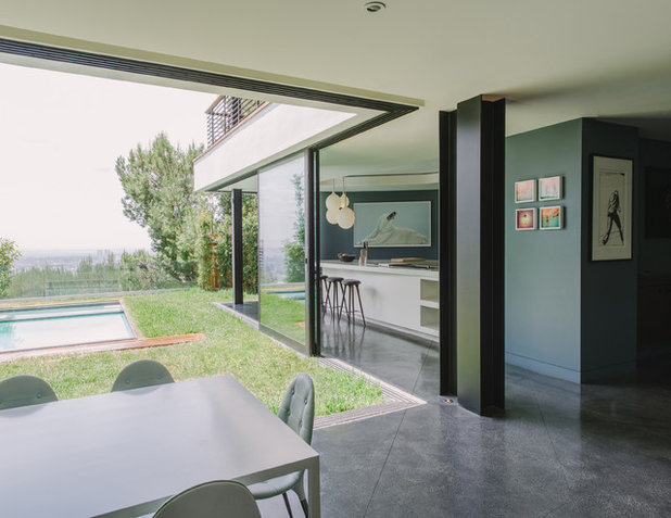 Modern Dining Room by NEW THEME Inc.