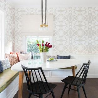 Immagine di una piccola sala da pranzo costiera con pareti multicolore, parquet scuro e pavimento marrone