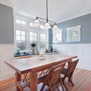 Idée de décoration pour une salle à manger ouverte sur la cuisine craftsman de taille moyenne avec un mur gris, un sol en bois brun, aucune cheminée et un sol marron.