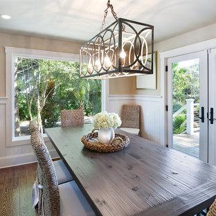 Aménagement d'une salle à manger bord de mer fermée et de taille moyenne avec un mur beige, sol en stratifié et un sol marron.