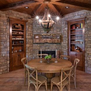 Diseño de comedor rústico, grande, cerrado, con suelo de madera en tonos medios, suelo marrón y marco de chimenea de piedra