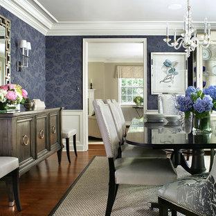 Geschlossenes, Großes Klassisches Esszimmer ohne Kamin mit blauer Wandfarbe und dunklem Holzboden in New York