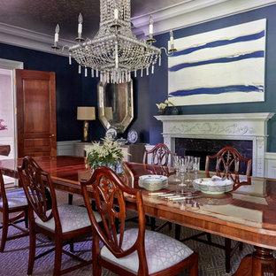 Idéer för en stor klassisk separat matplats, med blå väggar, mörkt trägolv, en standard öppen spis och en spiselkrans i trä