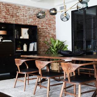 Ispirazione per una sala da pranzo aperta verso il soggiorno scandinava con pareti rosse, parquet scuro e nessun camino
