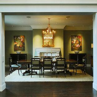 Esempio di una grande sala da pranzo classica chiusa con pareti verdi, parquet scuro, camino classico, cornice del camino in legno e pavimento marrone
