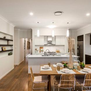 Mittelgroße Maritime Wohnküche ohne Kamin mit Bambusparkett und weißer Wandfarbe in Brisbane
