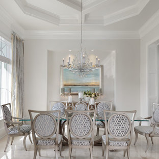 Ejemplo de comedor marinero, de tamaño medio, abierto, sin chimenea, con paredes blancas, suelo de mármol y suelo gris