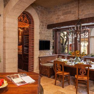 Inredning av ett klassiskt kök med matplats