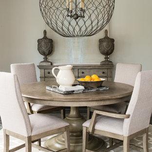 Diseño de comedor clásico renovado, pequeño, cerrado, con paredes grises y moqueta