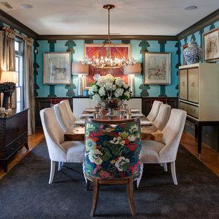 Imagen de comedor bohemio, de tamaño medio, cerrado, sin chimenea, con paredes azules y suelo de madera en tonos medios