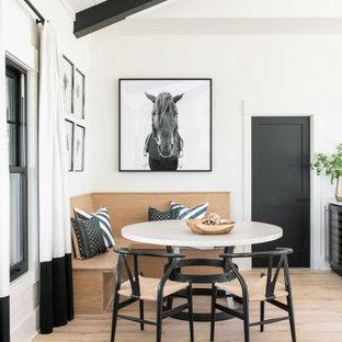 Пример оригинального дизайна: большая столовая в стиле кантри с с кухонным уголком, белыми стенами, светлым паркетным полом, коричневым полом, сводчатым потолком и деревянными стенами