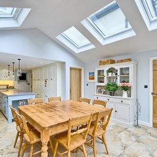 Cette photo montre une grande salle à manger ouverte sur la cuisine nature.